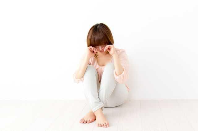 カミソリ負けして泣いている女性