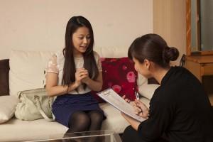 お得なキャンペーンの無料カウンセリングを受ける女性