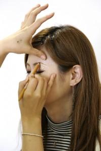 プロに眉毛を描いてもらう女性