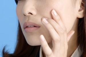 除毛クリームで顔の肌が敏感になった女性