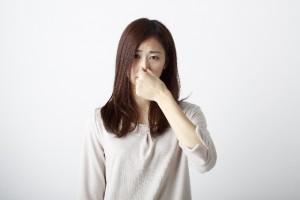 脱毛した後の臭いを心配する女性