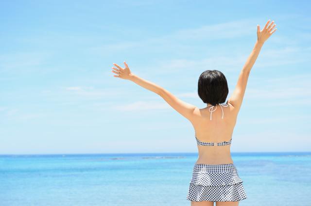 ムダ毛にサヨナラして夏を楽しむ女性