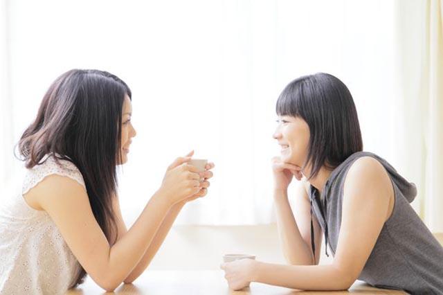 女性同士が噂話をしている