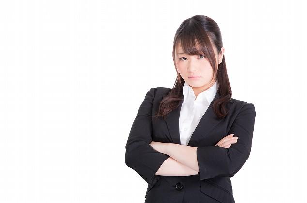 エタラビが一部業務停止になり、怒る女性