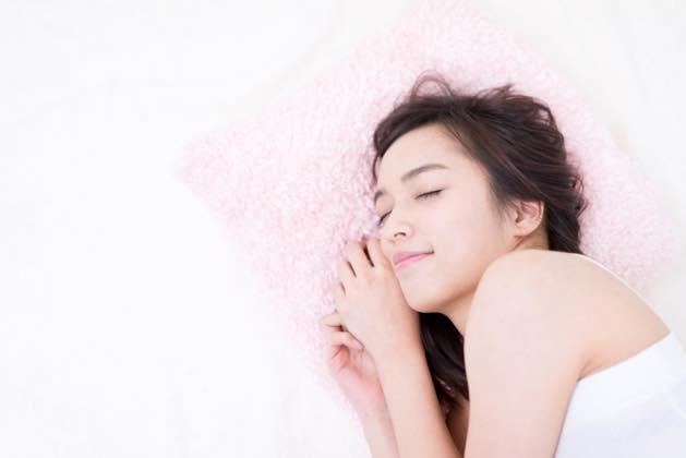 心地よい睡眠をとっている女性