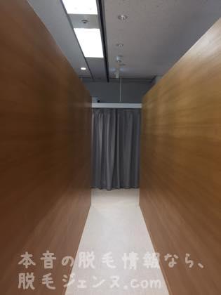 廊下をすすむ