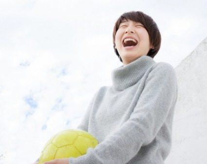 サッカーボールを抱きしめる女性