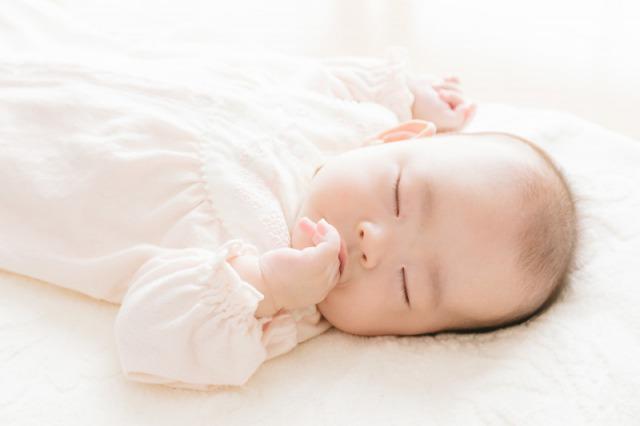 指を咥える新生児